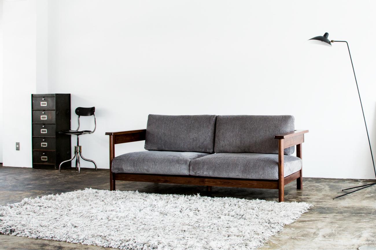 木フレームのソファでありながら、現代的な雰囲気のソファRECTAレクタ