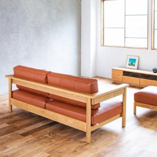 ソファRECTAレクタの木フレームがシンプルなため圧迫感を軽減、お部屋を開放的に魅せている