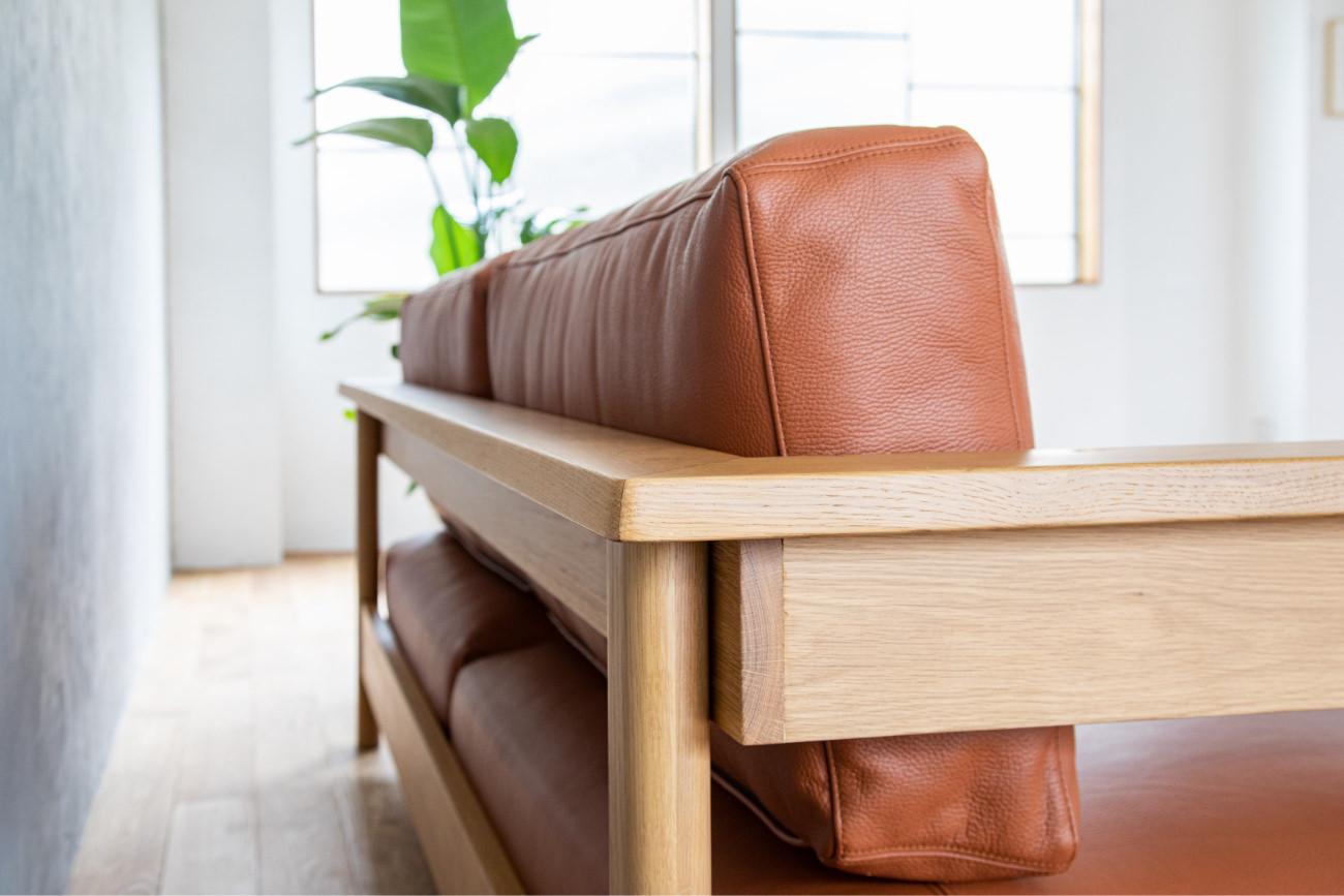 ソファRECTAレクタの木フレームは直線の中にも絶妙な丸みをつけ、優しさを感じられる