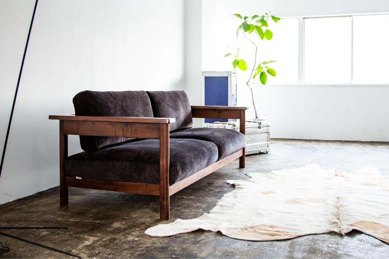 世界三大銘木の1つであるウォールナット無垢材を使用し高級感があるソファRECTAレクタ