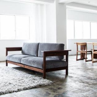 ソファRECTAレクタのウォールナット無垢材による重厚で深い色味が、お部屋を引き締めます